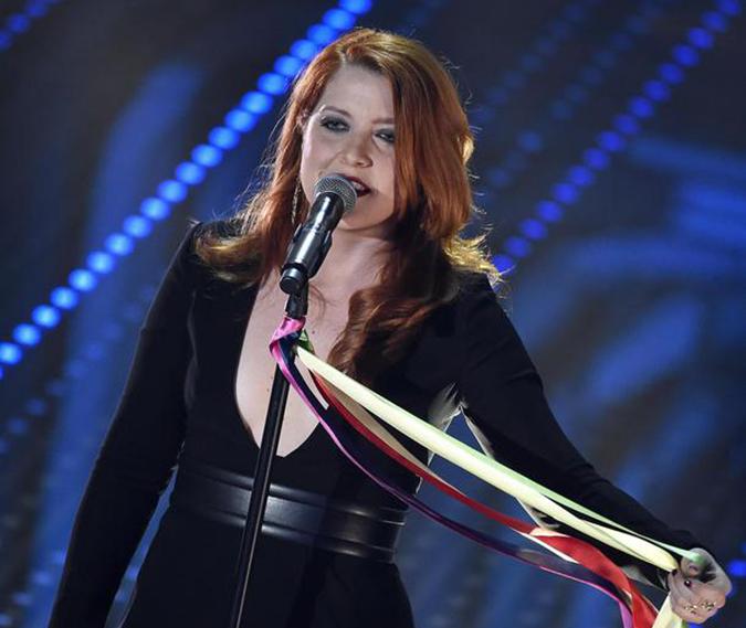 """Sanremo: Noemi con microfono """"arcobaleno"""
