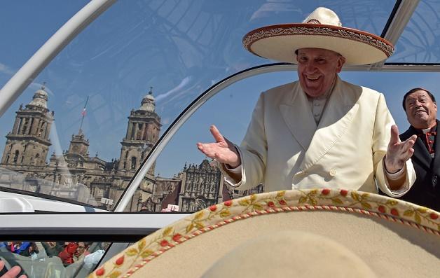 Papa Francesco saluta la folla dalla papamobile con un sombrero mentre arriva alla basilica di Nostra Signora di Guadalupe, a Città del Messico 13 febbraio 2016(© Presidenciamx/Planet Pix via ZUMA Wire)