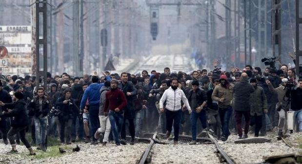Grecia, profughi sfondano barriere al confine con la Macedonia - Photogallery - Rai News_20160229191945