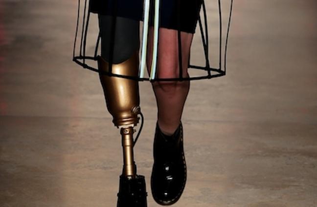 Le amputarono una gamba dopo un'infezione causata da un assorbente Lauren è tornata a sfilare - Photogallery - Rai News_20160224175414
