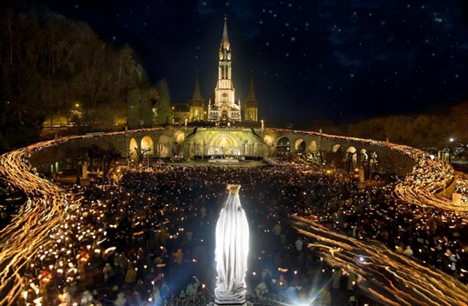 Lourdes-Procession-mariale-aux-Flambeaux