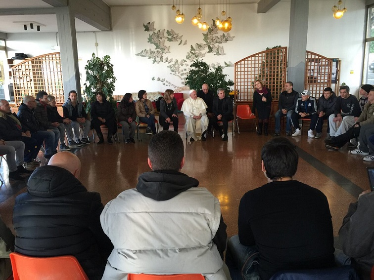 Papa Francesco oggi pomeriggio ha visitato a sorpresa i tossicodipendenti del Centro Italiano di Solidarietà don Mario Picchi