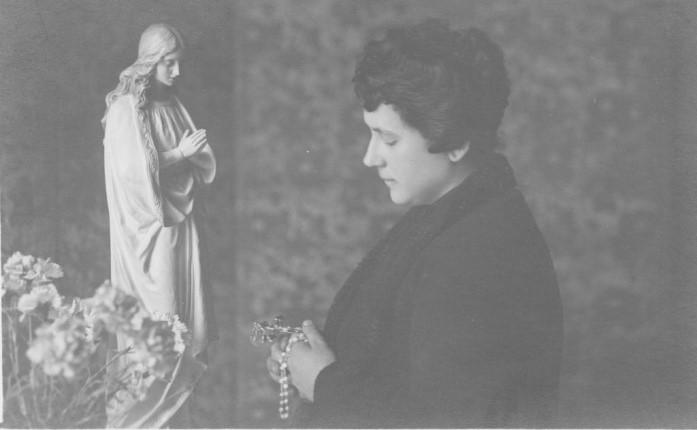 Maria Aristea in preghiera davanti l'immagine dell'Immacolata venerata nella sua casa di via Ancona