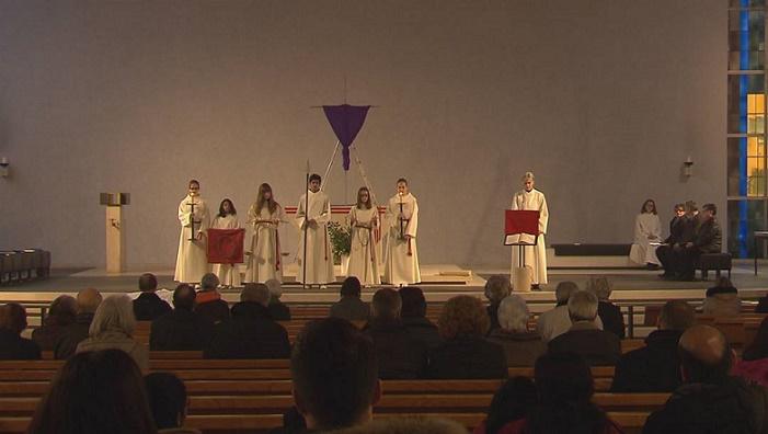 Rita Wismann con i chierichetti durante la messa pasquale a Suhr (RSI)