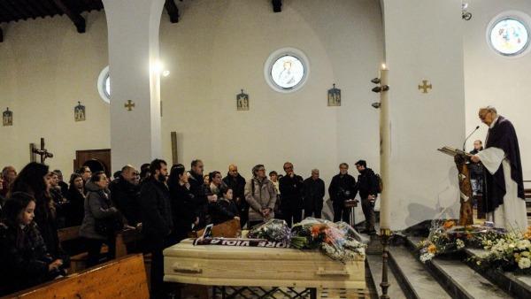 Caro parroco, perché hai negato alla figlia di Giorgio Ariani di cantare al funerale del padre?