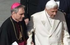 Mons. Gaenswein: 'Benedetto XVI si spegne lentamente come una candela'