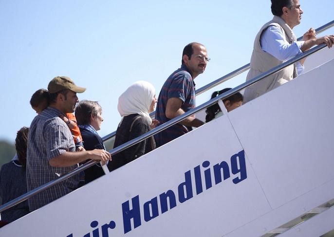 I profughi 'adottati' dal Vaticano salgono sull'aereo con Papa Francesco