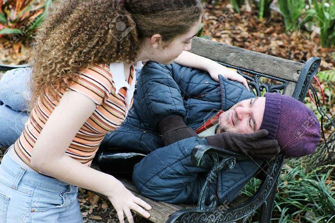 30452641-Volontari-Teen-ragazza-per-aiutare-senzatetto-nel-parco-O-figlia-aiutando-il-padre--Archivio-Fotografico