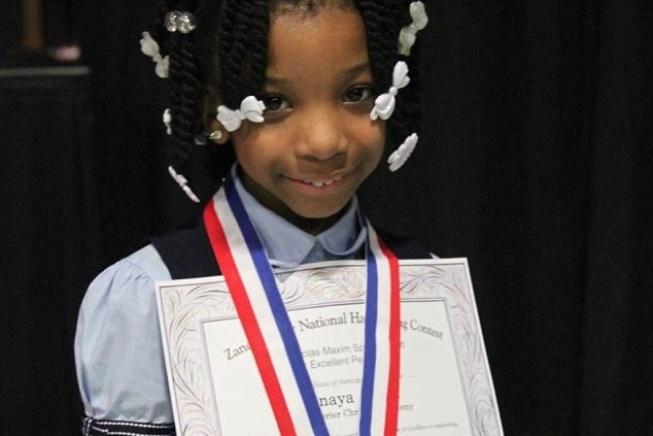 Una bambina nata senza mani vince un concorso di calligrafia negli USA