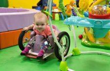 Il cancro ha paralizzato la piccola Evelyn, ma l'amore del padre le ha donato una nuova vita!