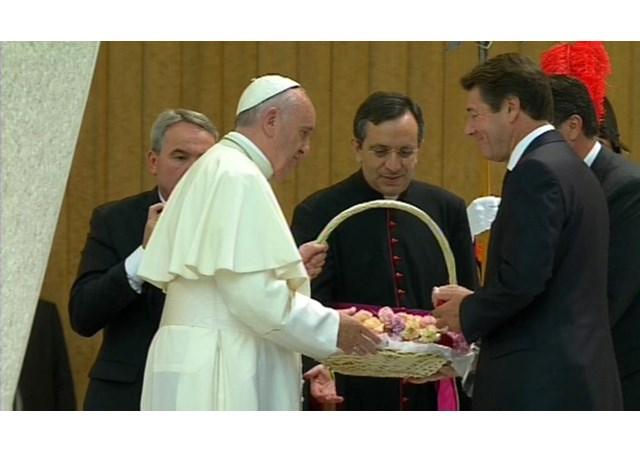 Il Papa riceve un cesto con 86 garofani, simbolo delle vittime della strage di Nizza