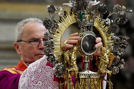 Un momento della celebrazione della solennità di San Gennaro, con l'annuncio della liquefazione del sangue da parte dell'arcivescovo Crescenzo Sepe nel Duomo di Napoli, 19 settembre 2016. ANSA/ CIRO FUSCO