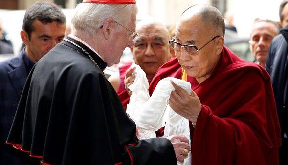 Il Dalai Lama è in Italia. Ad Assisi per la pace non era stato invitato… Scola lo riceve! Scoppia la protesta