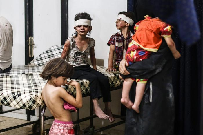 epa05603354 YEARENDER 2016 AUGUST Syrian children react after receiving medical attention after an airstrike attack on Douma, outskirts of Damascus, Syria, 23 August 2016. According to reports at least four died, three children and a woman, in an airstrike attack on Douma, with the number of injured unknown. EPA/MOHAMMED BADRA EPA/MOHAMMED BADRA ATTENTION EDITORS: PICTURE CONTAINS GRAPHIC CONTENT