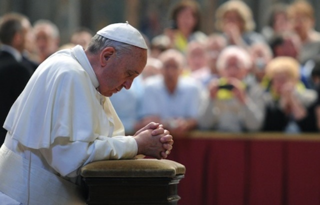 pope_francis_prays_in_front_of_blessed_john_xxiiis_tomb_on_june_3_2013_in_st_peters_basilica_credit_ansaettore_ferrari_cna