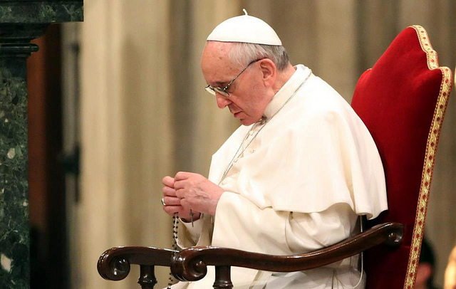 pope-francis-praying-the-rosary