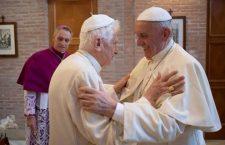 Abbraccio tra i 'vecchi' e i 'nuovi cardinali'. Ed il saluto a Benedetto XVI