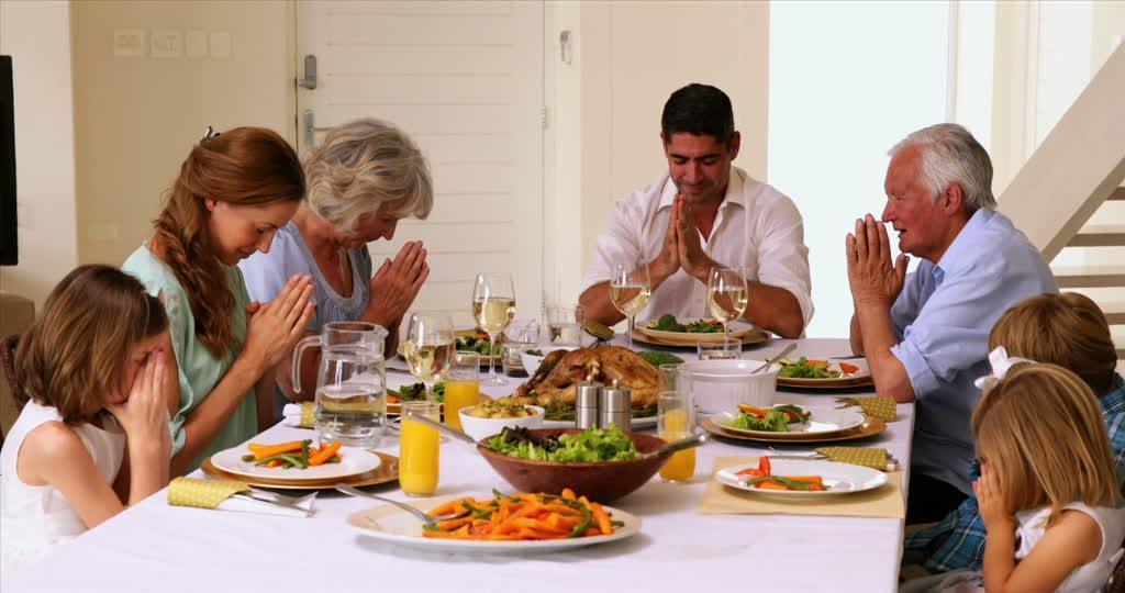 554510822-grazia-preghiera-sunday-roast-tavolo-da-pranzo-famiglia-di-piu-generazioni