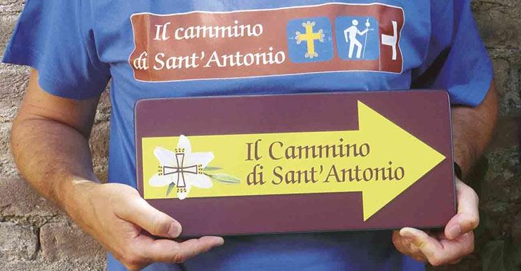 cammino_particolare-di-un-pellegrino-con-freccia-gialla-indicante-il-percorso-del-cammino-di-sant-antonio-e-maglia-con-logo