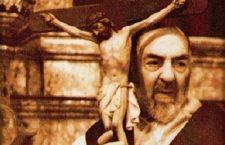 Ogni domenica sera Padre Pio abbracciava la croce e recitava questa preghiera.