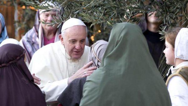 Papa Francesco: nel presepe rivediamo il dramma dei migranti. Siamo solidali con i più deboli