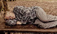 Cosa fare quando vedi una persona che dorme per strada. Ti giri come fai sempre, oppure…