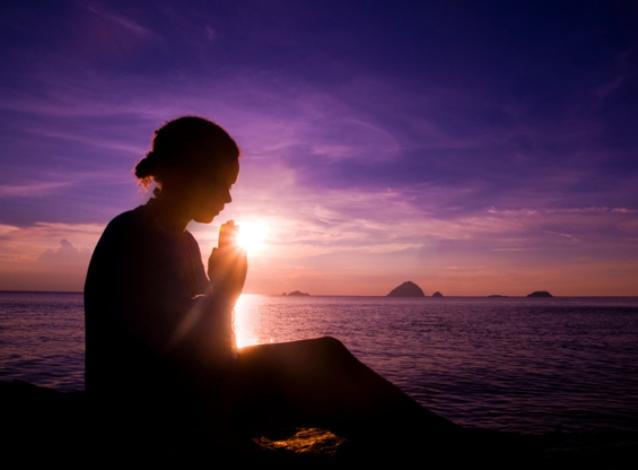 tramonto-ragazza-preghiera