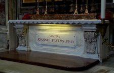 Quella famiglia intera che ha vissuto uno straordinario miracolo sulla tomba di Giovanni Paolo II