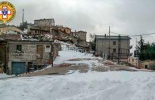 Viaggio a Castelluccio di Norcia, solo 4 alpini e 70 cavalli nel paese fantasma isolato dalla neve