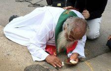 L'anziano sacerdote gettato a terra che protegge il corpo di Gesù più di se stesso!