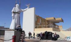 La statua di Papa Francesco, speranza dei messicani, per contrastare il muro di Trump