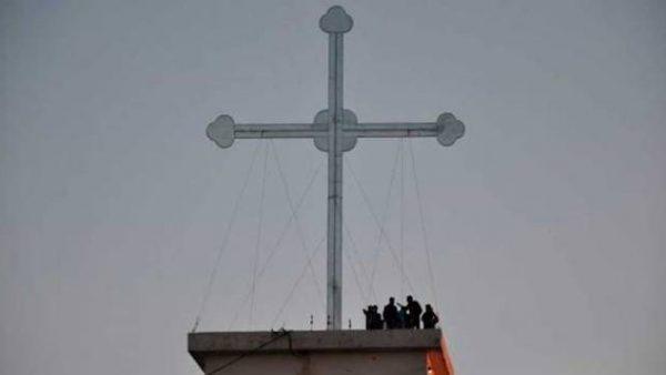 Il crocifisso gigante 'della speranza' nel villaggio cristiano liberato dall'Isis