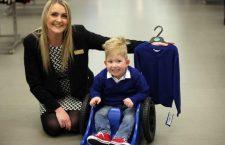 Nato senza cervello, questo ragazzino adesso riesce a parlare, contare e va a scuola
