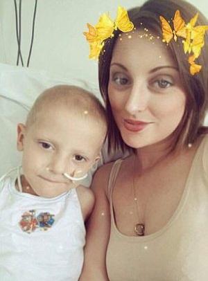 Dona il midollo osseo al figlio malato di leucemia: 'Un piccolo miracolo'