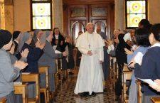 Le suore aspettano il prete per gli esercizi spirituali e sapete chi arriva a sorpresa? Papa Francesco!