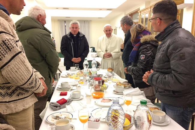 L 39 anniversario francesco da quattro anni il papa - Papa francesco divano ...