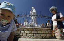 Una mamma ed il suo bambino malato di Aids vanno in preghiera ai piedi della Vergine. E arriva la guarigione!