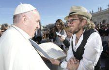 'Ama e dimentica': la prima canzone scritta sulle parole di Papa Francesco