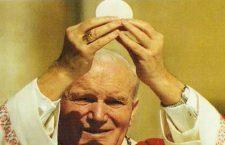 Giovanni Paolo II viveva già in questa terra con il cuore in Paradiso. E con l'Eucarestia tra le mani