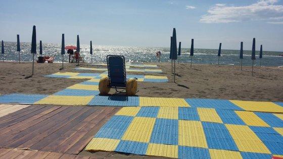 Un altro gesto del cuore di Papa Francesco: paga per un anno l'affitto ad una spiaggia per disabili