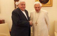 Papa Benedetto XVI visto da molto vicino: un uomo Santo