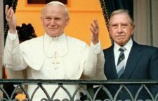Quella foto discussa di 31 anni fa. Il dittatore riuscì ad imbrogliare il Papa. Ma lo pagò a caro prezzo