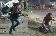 La disperazione del fotografo eroe di Aleppo: in ginocchio in lacrime dopo aver soccorso un bambino ucciso