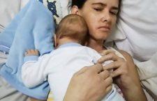 'Sei un miracolo di Dio'. Mamma si sveglia dopo 5 mesi di coma e vede per la prima volta il figlio!