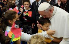 Papa Francesco ai piccoli dell'Ospedale Gaslini: vi porto la carezza di Gesù