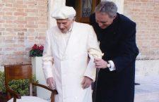 Ogni sera Benedetto XVI si reca a pregare il Rosario nella grotta di Lourdes nei Giardini Vaticani