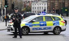epa05863725 Armed police react following a major incident outside the Houses of Parliament in central London, Britain 22 March 2017. Scotland Yard said on 22 March 21017 the police were called to a firearms incident in the Westminister palace grounds and on Westminster Bridge amid reports of several people injured in central London.  EPA/ANDY RAIN