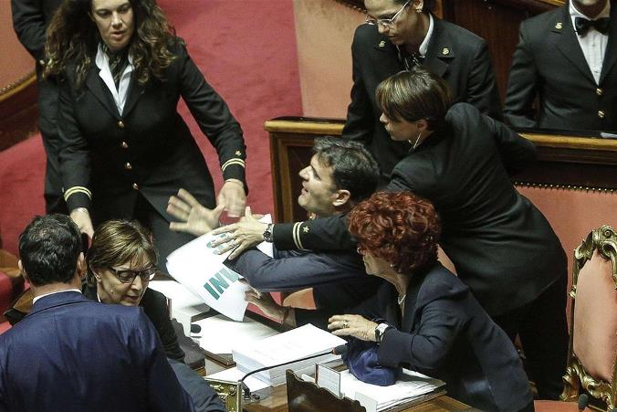 I soliti politici italiani che ci fanno vergognare al for Email senatori italiani