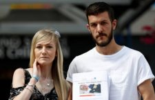 The parents of critically ill baby Charlie Gard, Connie Yates and Chris Gard, pose for the media with a petition, outside Great Ormond Street Hospital, in central London, Britain July 9, 2017. The parents want their son, who has a form of mitochondrial disease, to be able to travel to receive further treatment, after losing a long legal battle to give him experimental therapy in the United States.  REUTERS/Peter Nicholls