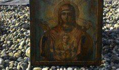 Incredibile in Russia: dodici delfini hanno portato su dal mare l'immagine della Vergine!